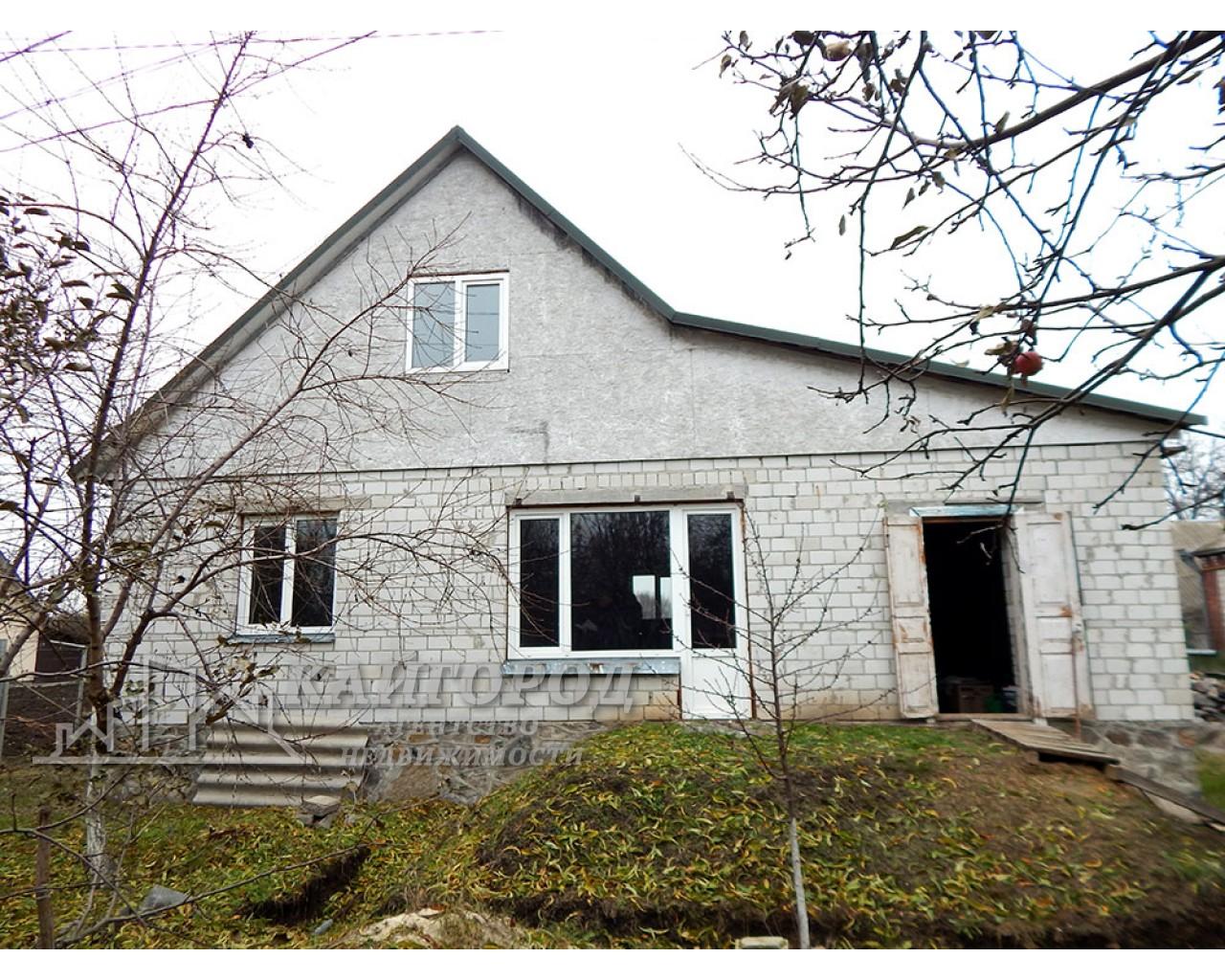 Новий будинок в самому центрі села Шкарівка